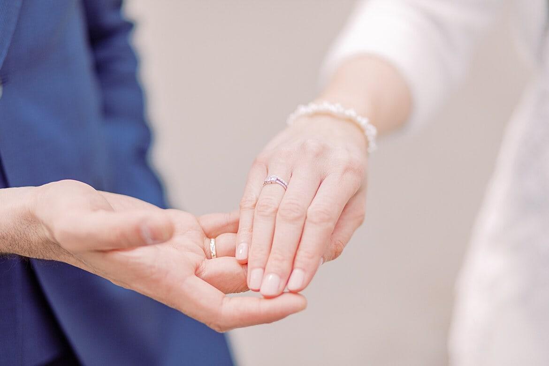 Nahaufnahme der Hände mit Eheringen von Brautpaar