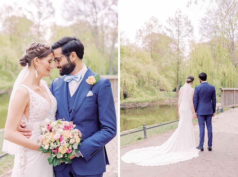 Brautpaar legt Stirn and Stirn die Köpfe zusammen im Stadtpark Steglitz