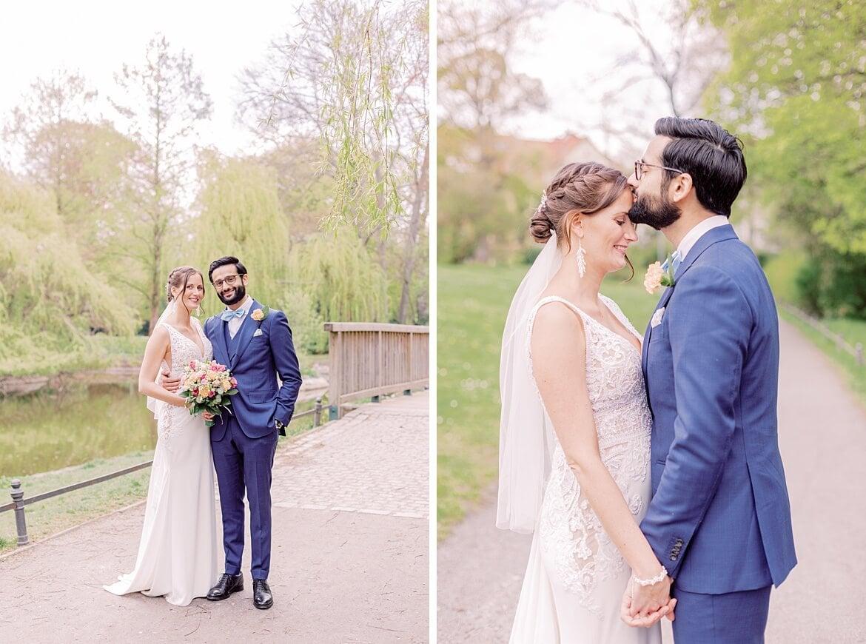 Brautpaar schaut in die Kamera und lächelt im Stadtpark Steglitz