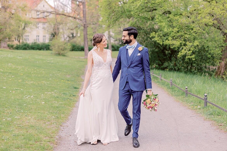 Brautpaar spaziert und schaut sich dabei an im Stadtpark Steglitz