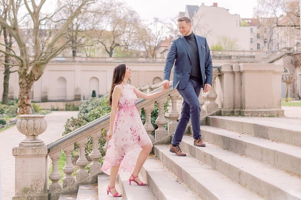 Paar geht Treppen hinauf