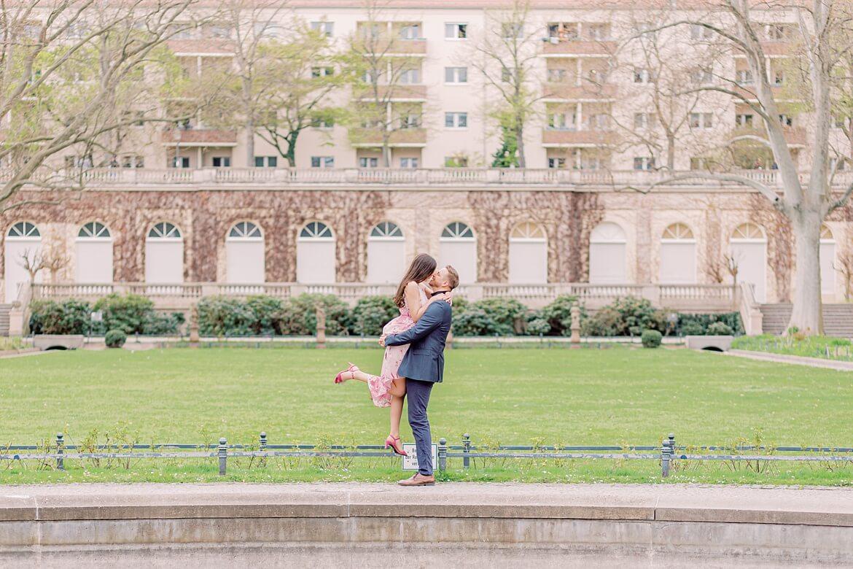 Mann hebt seine Verlobte hoch und küsst sie