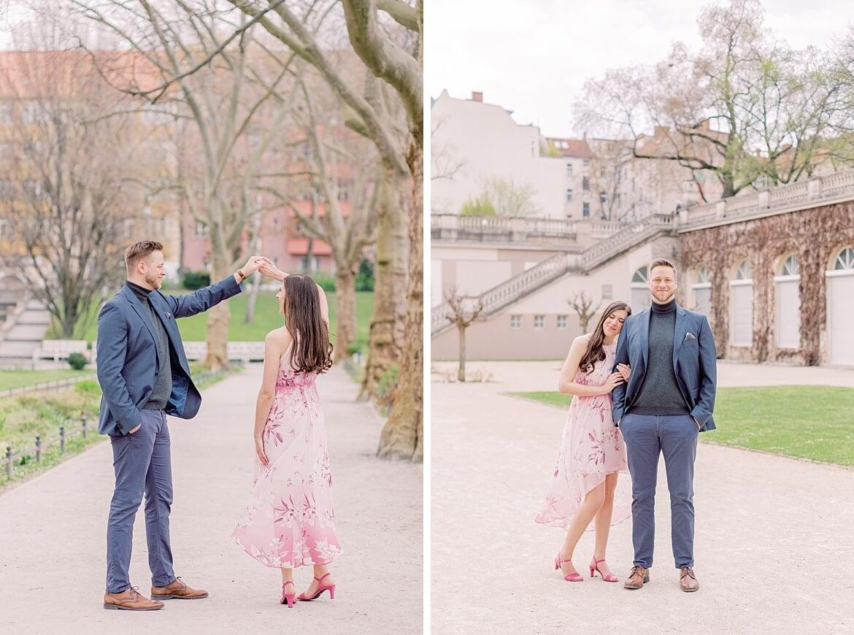 Paar tanzt und umarmt sich im Park