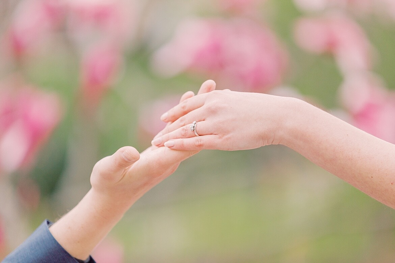 Paar reicht sich die Hand, man sieht den Verlobungsring
