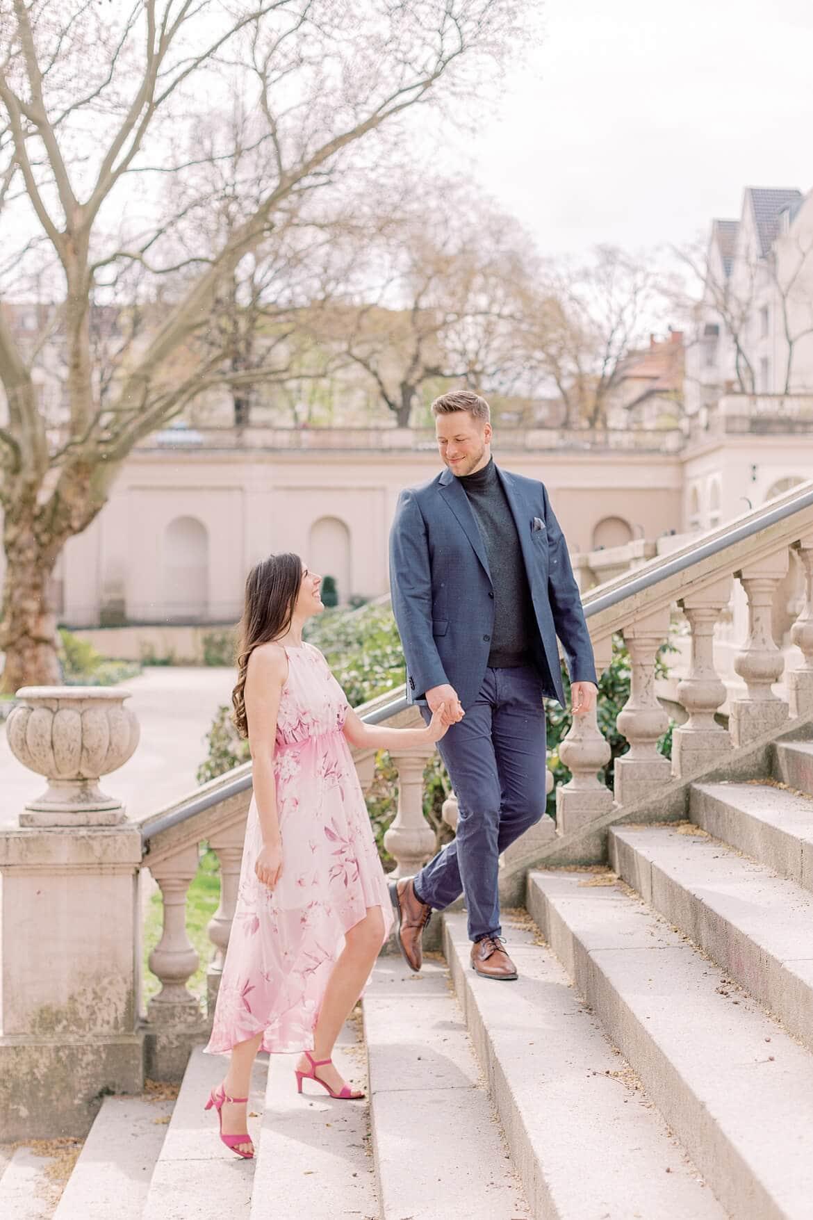 Paar läuft die Treppen hinauf