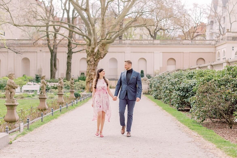 Verlobtes Paar spaziert im Park