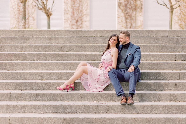 Verlobtes Paar sieht auf einer Freitreppe
