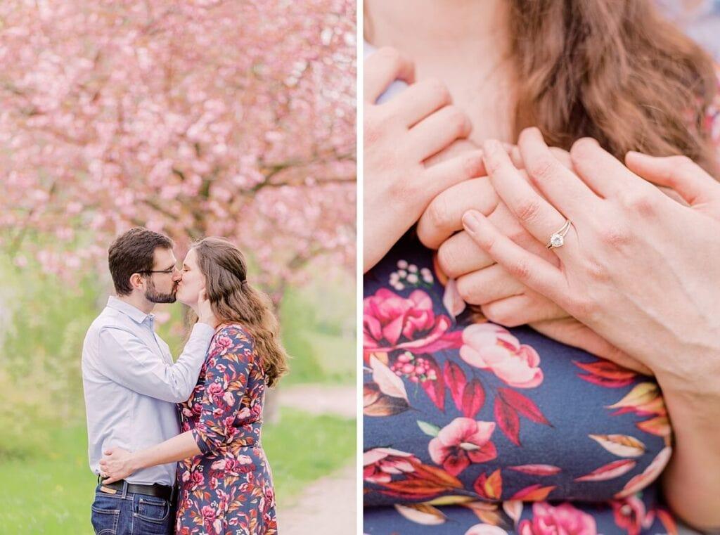 Paar küsst sich unter Kirschblüte