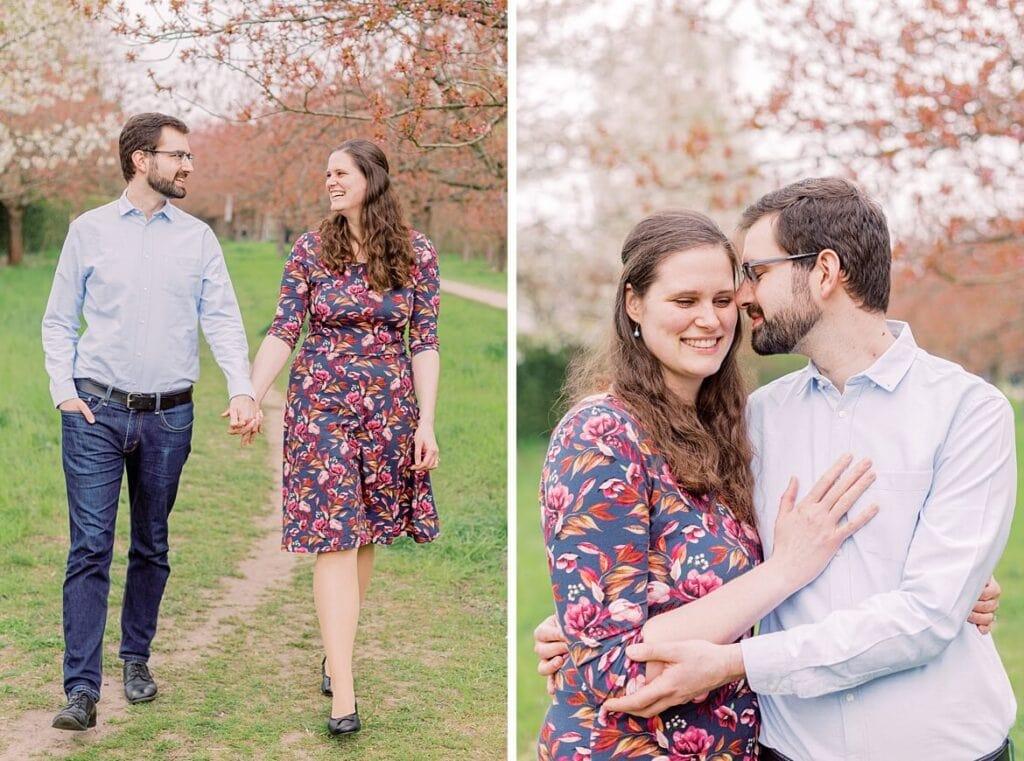 Paar spaziert und umarmt sich unter Kirschblüte