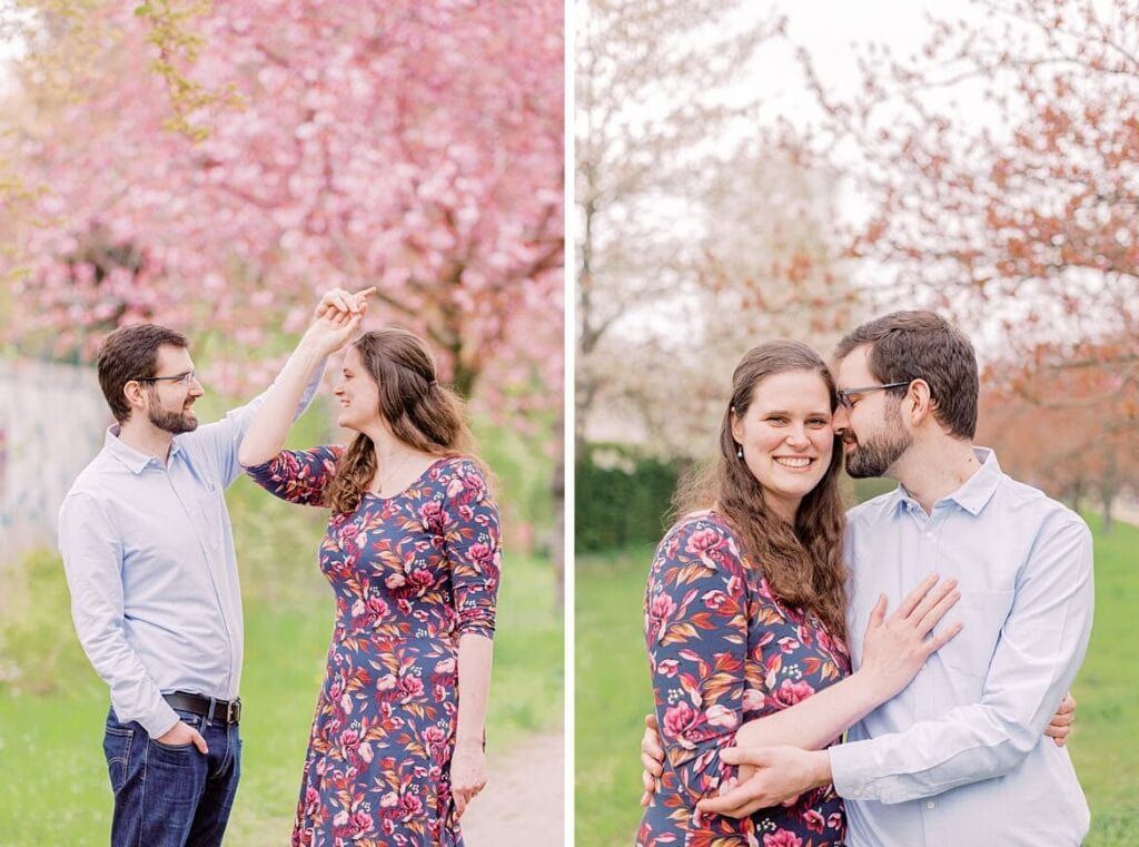 Paar tanzt und umarmt sich unter Kirschblüte