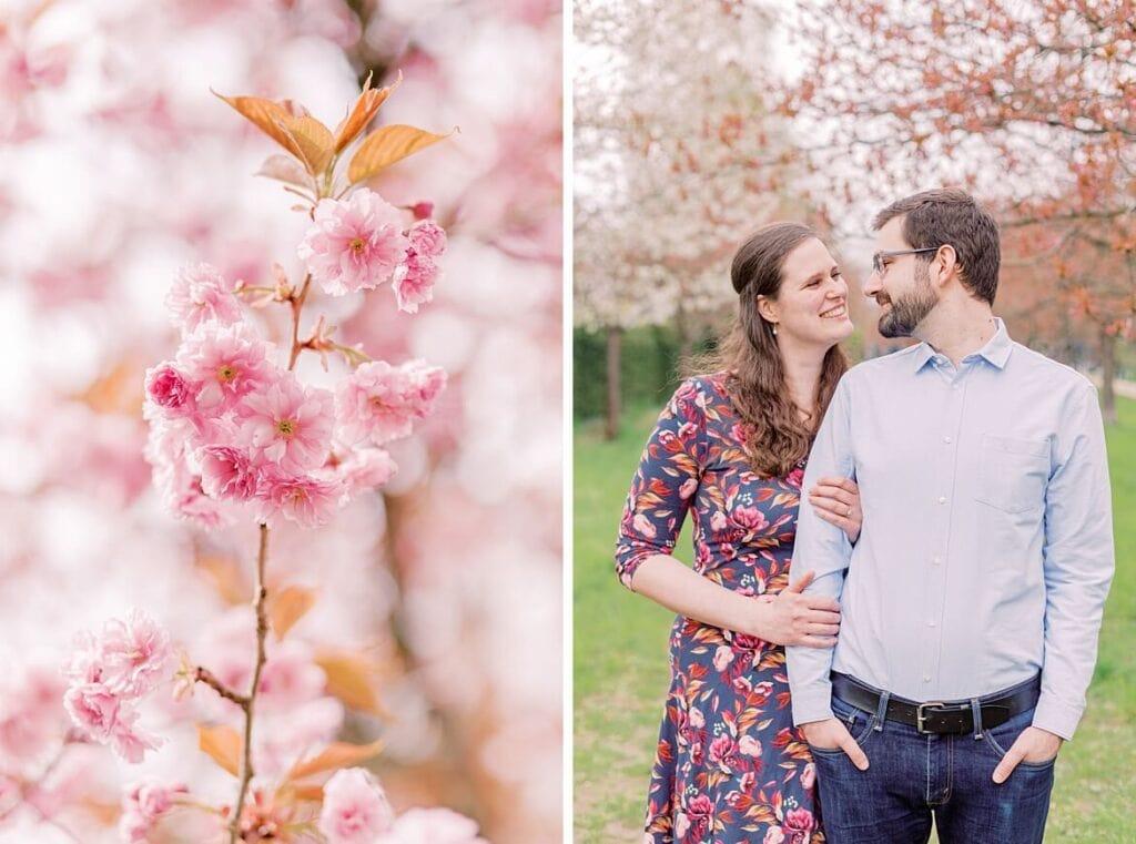 Paar schaut sich in die Augen unter Kirschblüten