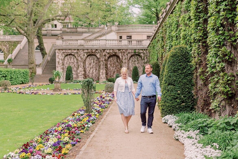Verliebtes Paar spaziert durch den Park