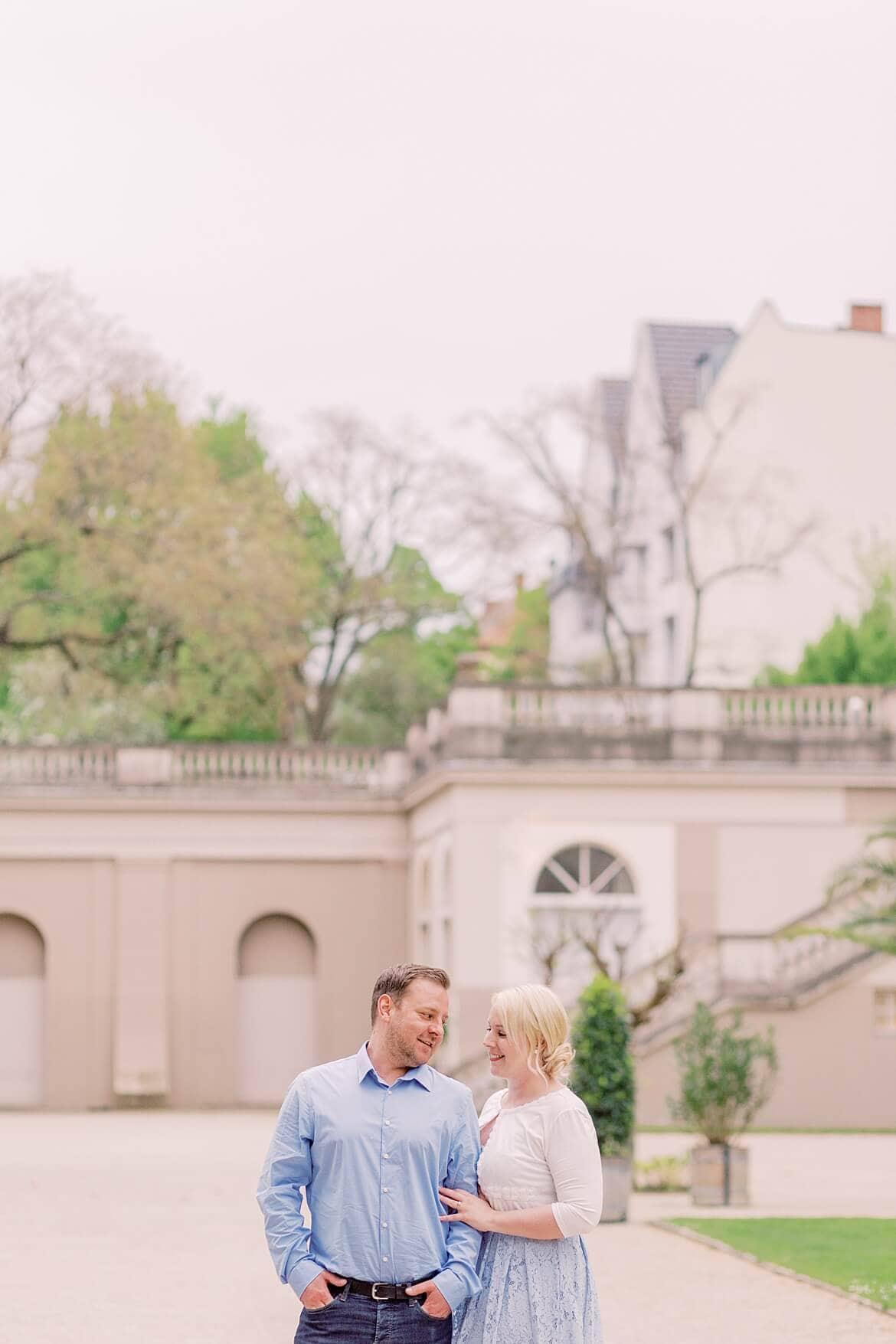 Paar steht eng angekuschelt im Park und schaut sich an