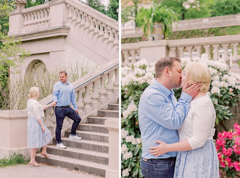 Man führt Frau eine Freitreppe hinauf und küsst sie