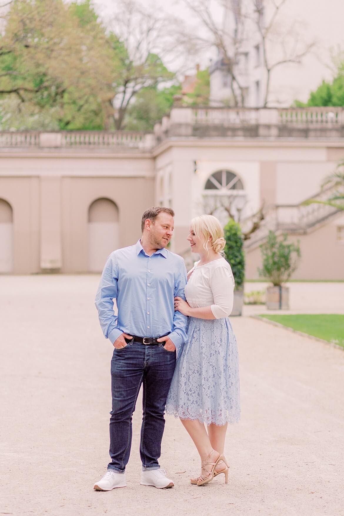 Paar steht eng angekuschelt im Park