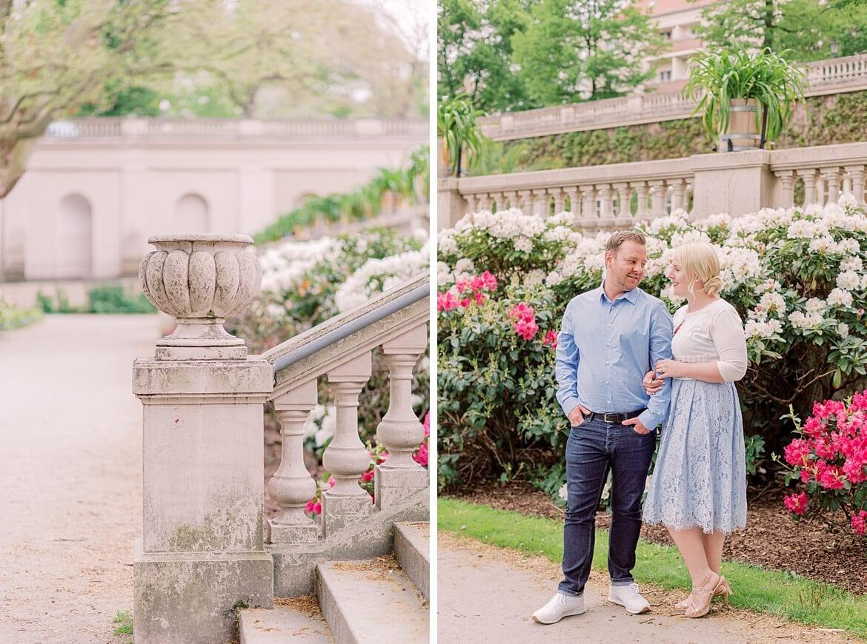 Paar steht vor Rhododendren im Park