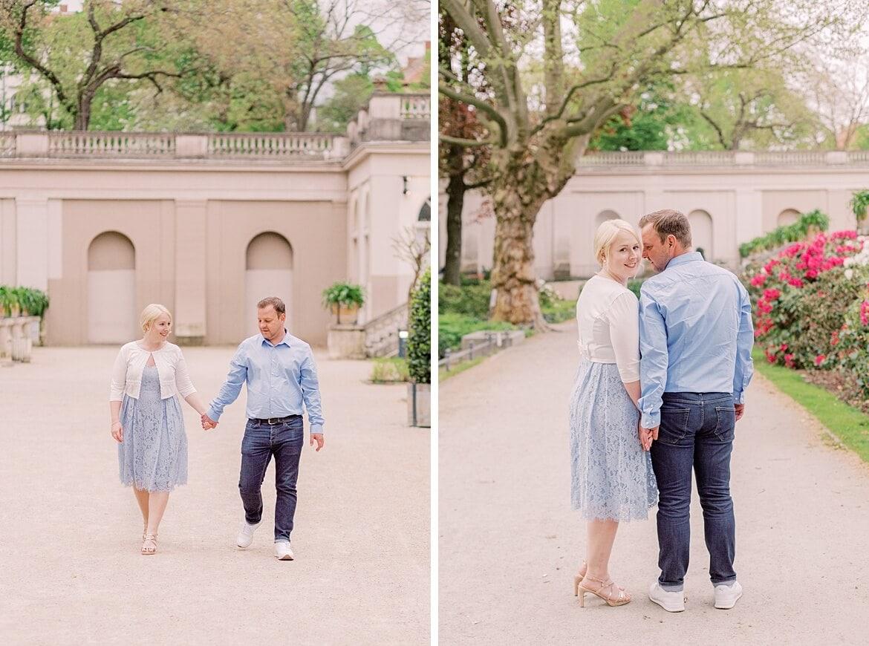 Paar spaziert im Park und schmiegt sich aneinander