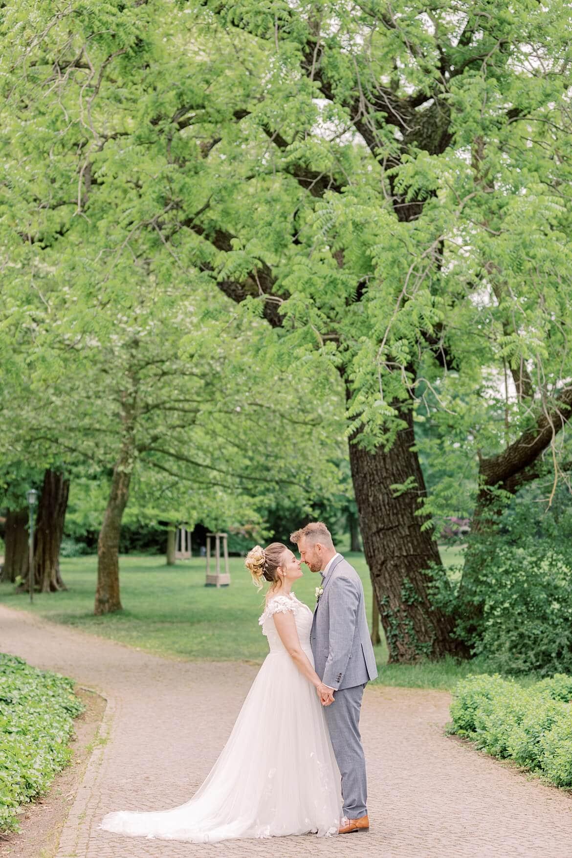 Brautpaar küsst sich im Park