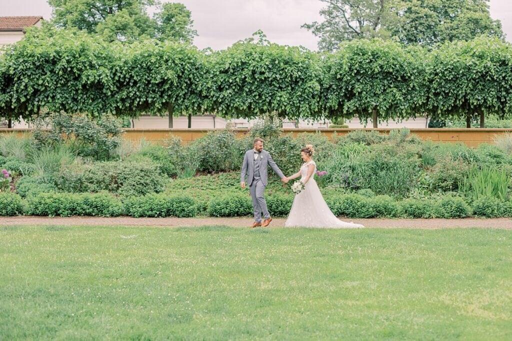 Brautpaar läuft durch den Park