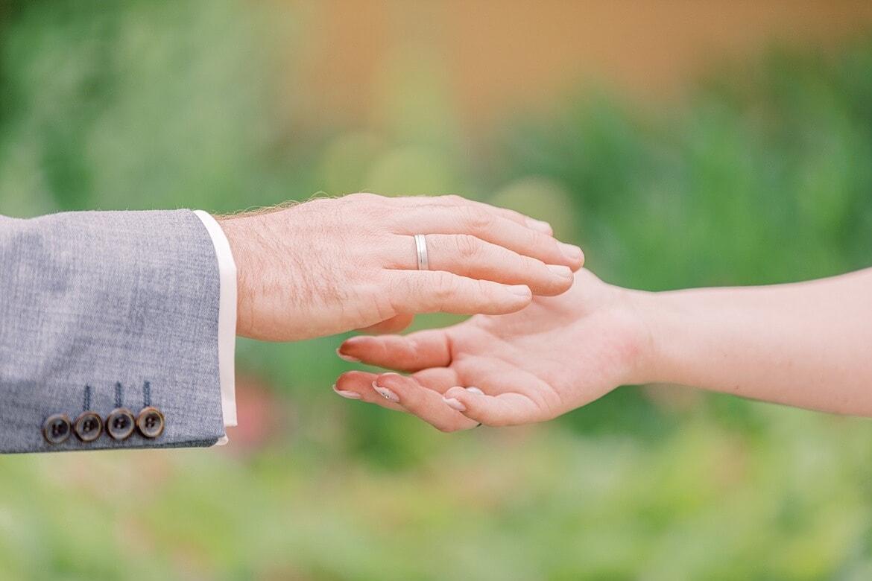 Brautpaar reicht sich die Hände