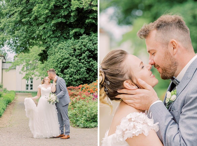 Brautpaar küsst sich im Schlosspark Köpenick