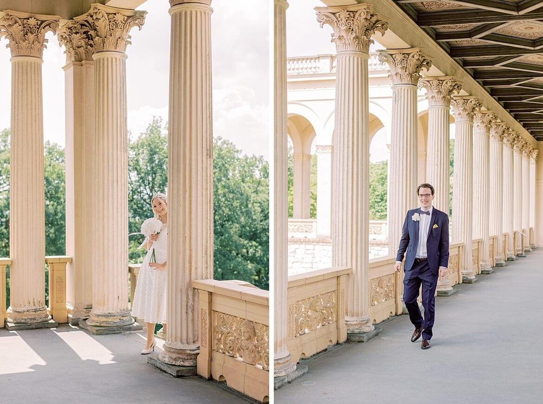Braut und Bräutigam laufen im Säulengang auf einander zu