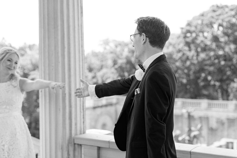 Bräutigam reicht Braut die Hand