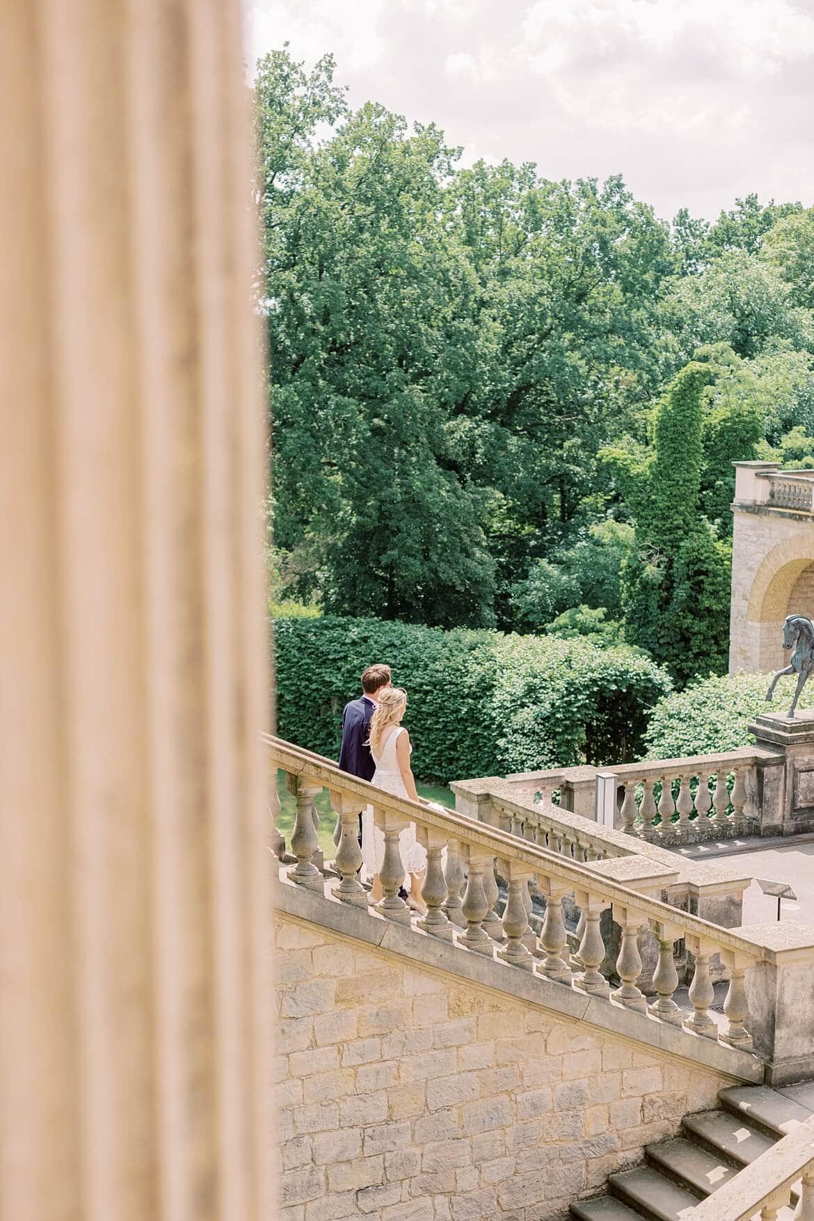 Brautpaar läuft Freitreppe hinunter