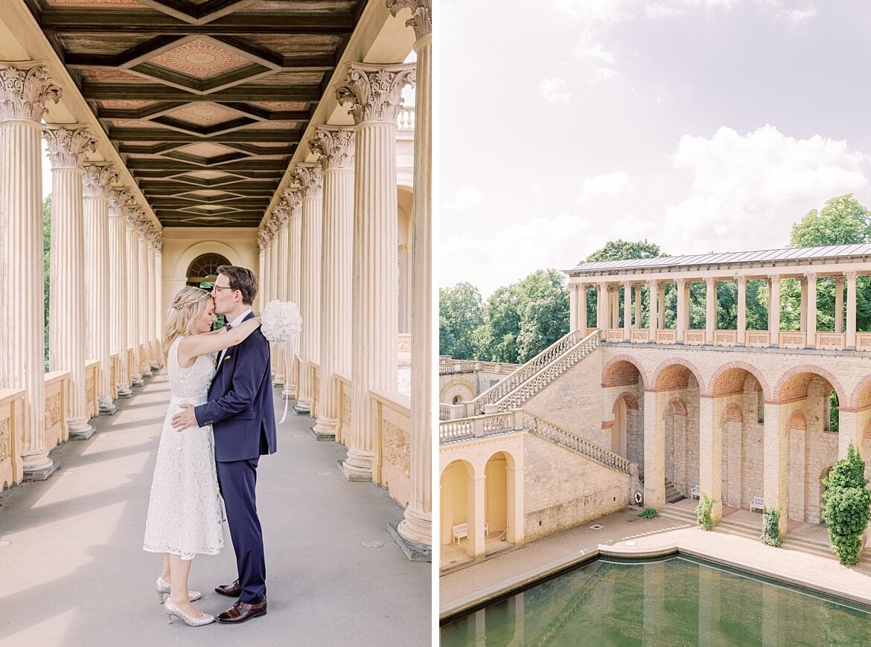 Brautpaar umarmt sich im Säulengang