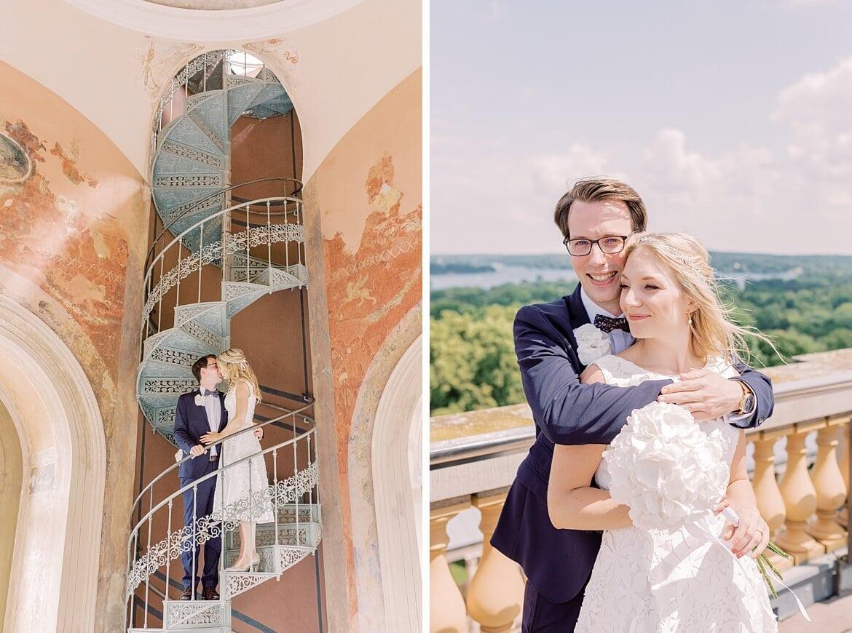 Brautpaar auf einer Metallwendeltreppe