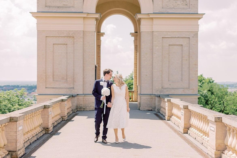 Brautpaar läuft auf dem Balkon des Belvedere