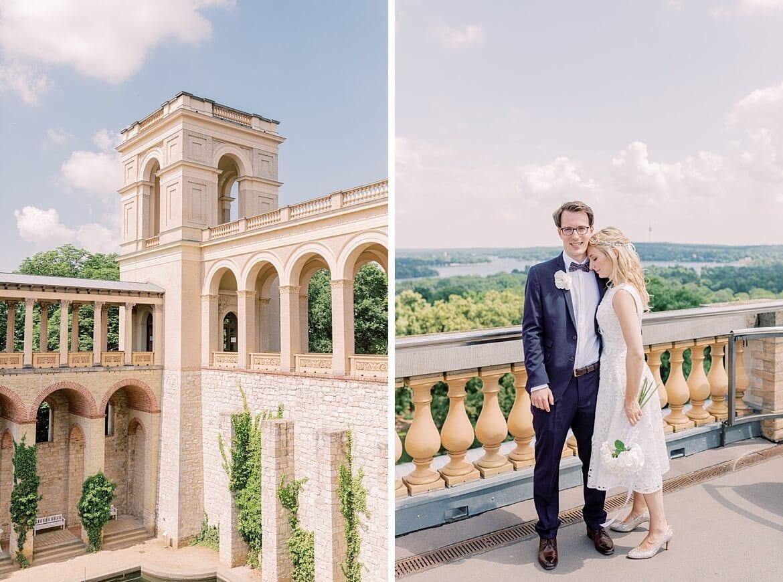 Brautpaar umarmt sich auf einem Turm des Belvedere