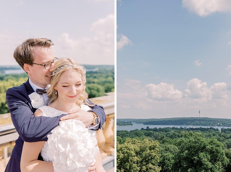 Brautpaar kuschelt auf dem Belvedere