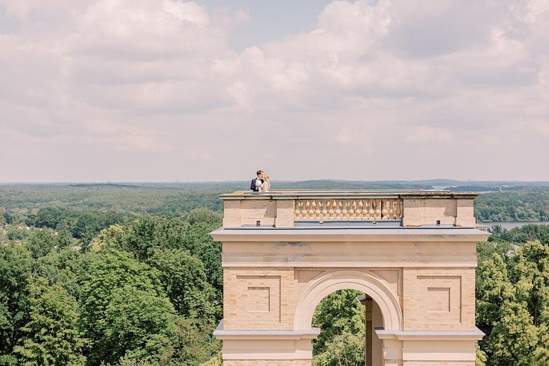 Brautpaar auf einem Turm des Belvedere