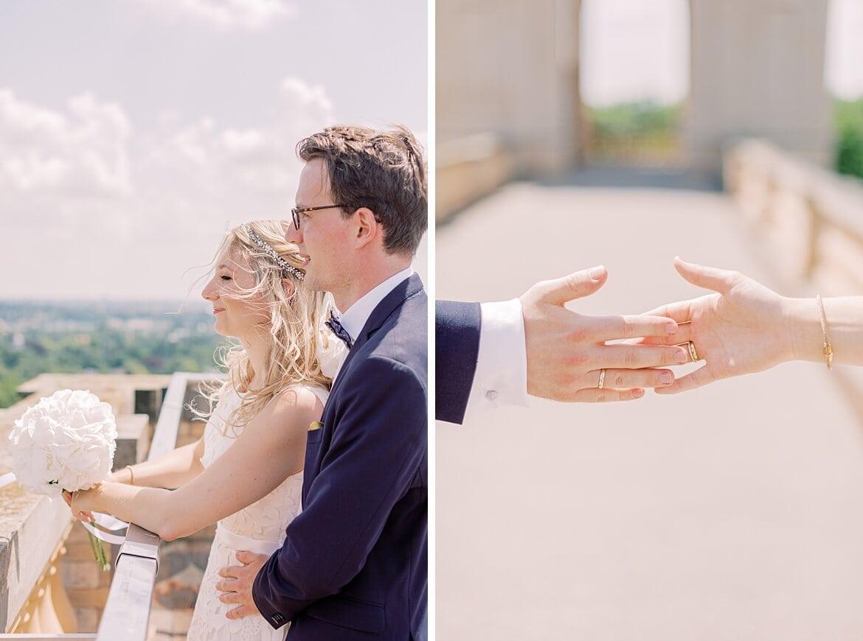 Brautpaar schaut in die Ferne