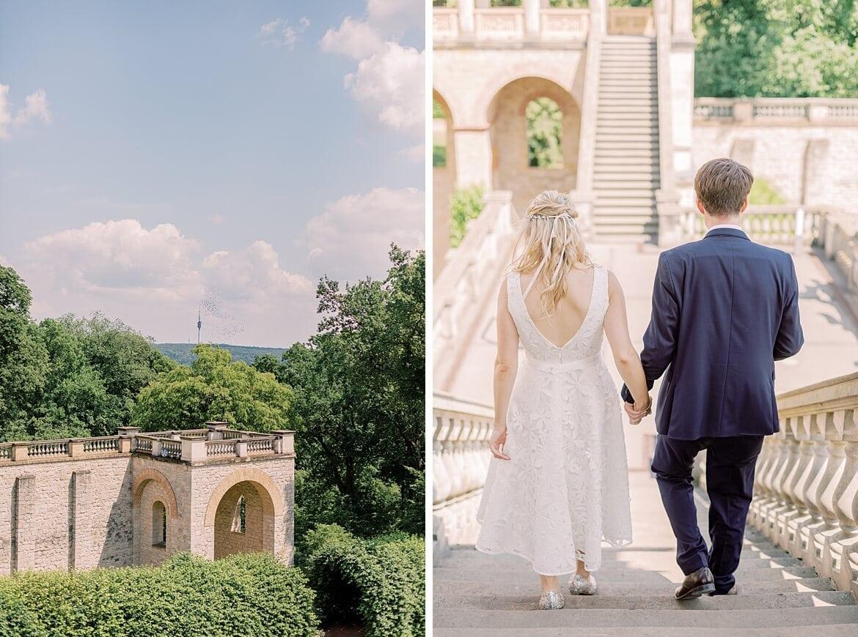 Brautpaar geht eine Freitreppe hinunter