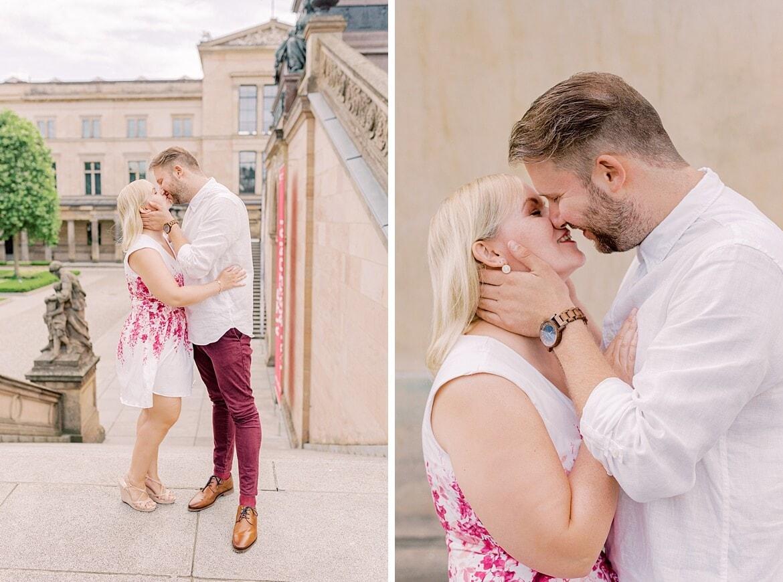 Ein Pärchen küsst sich