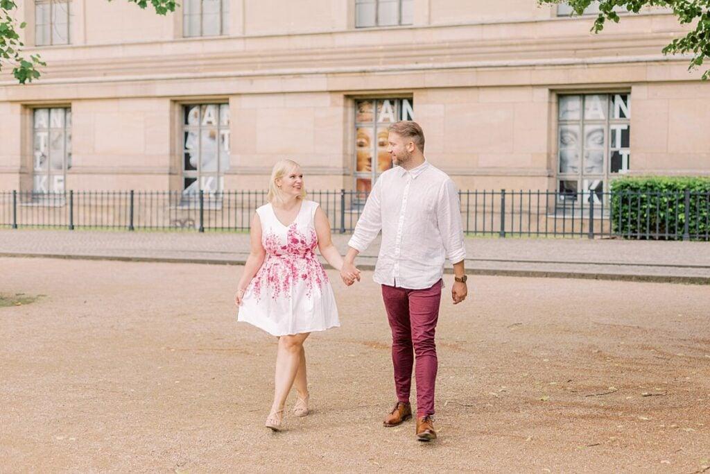 Ein Paar läuft Hand in Hand
