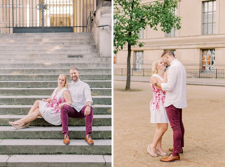 Ein Paar sitzt auf einer Treppe