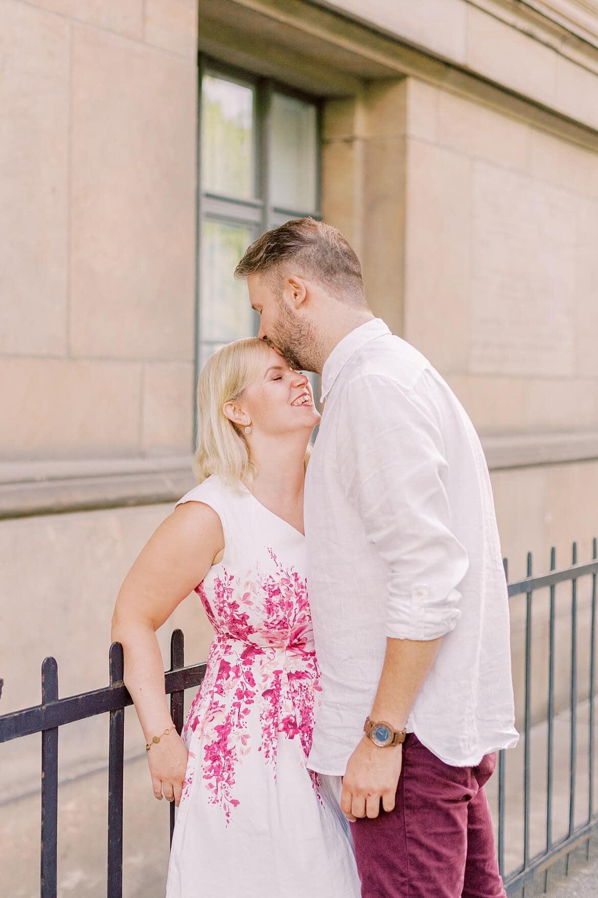 Ein Mann gibt einer Frau einen Stirnkuss
