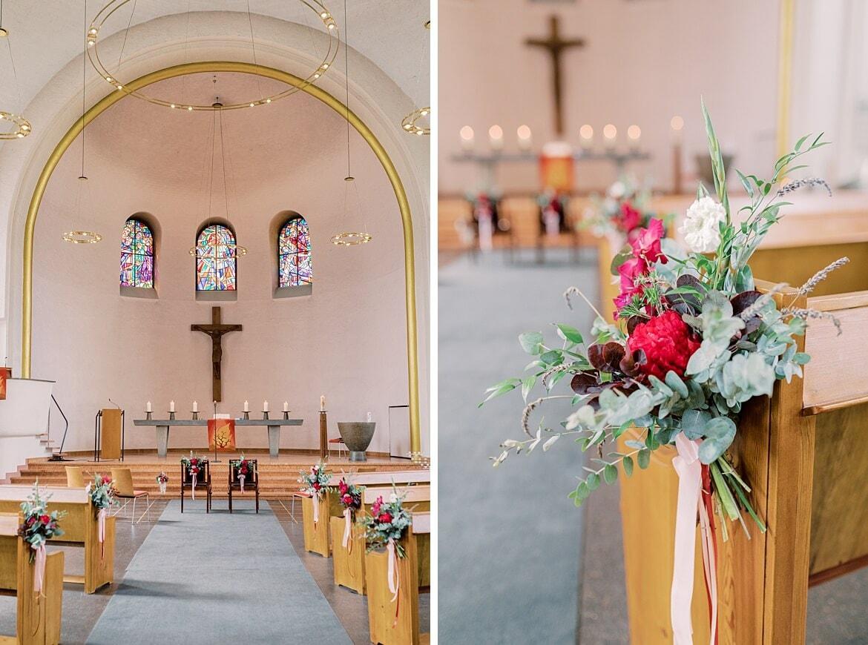 Innenaufnahme der Markus Kirche Berlin Steglitz mit Fokus auf die Blumen