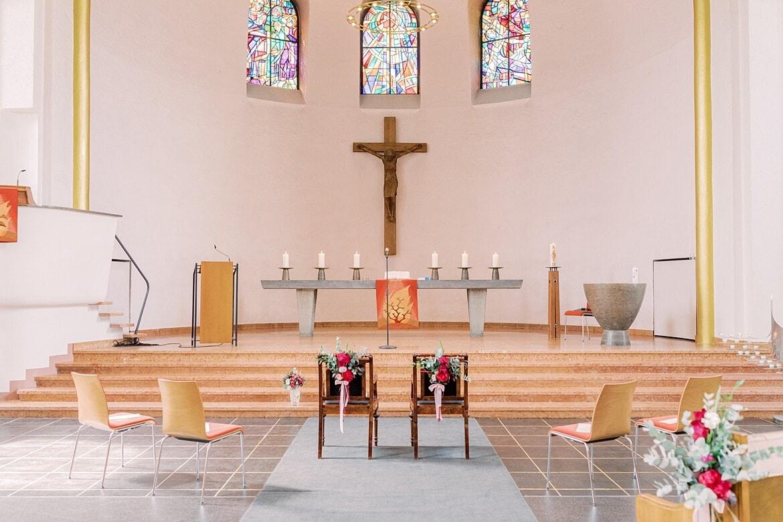 Zwei Stühle stehen zur Trauung vorne beim Altar