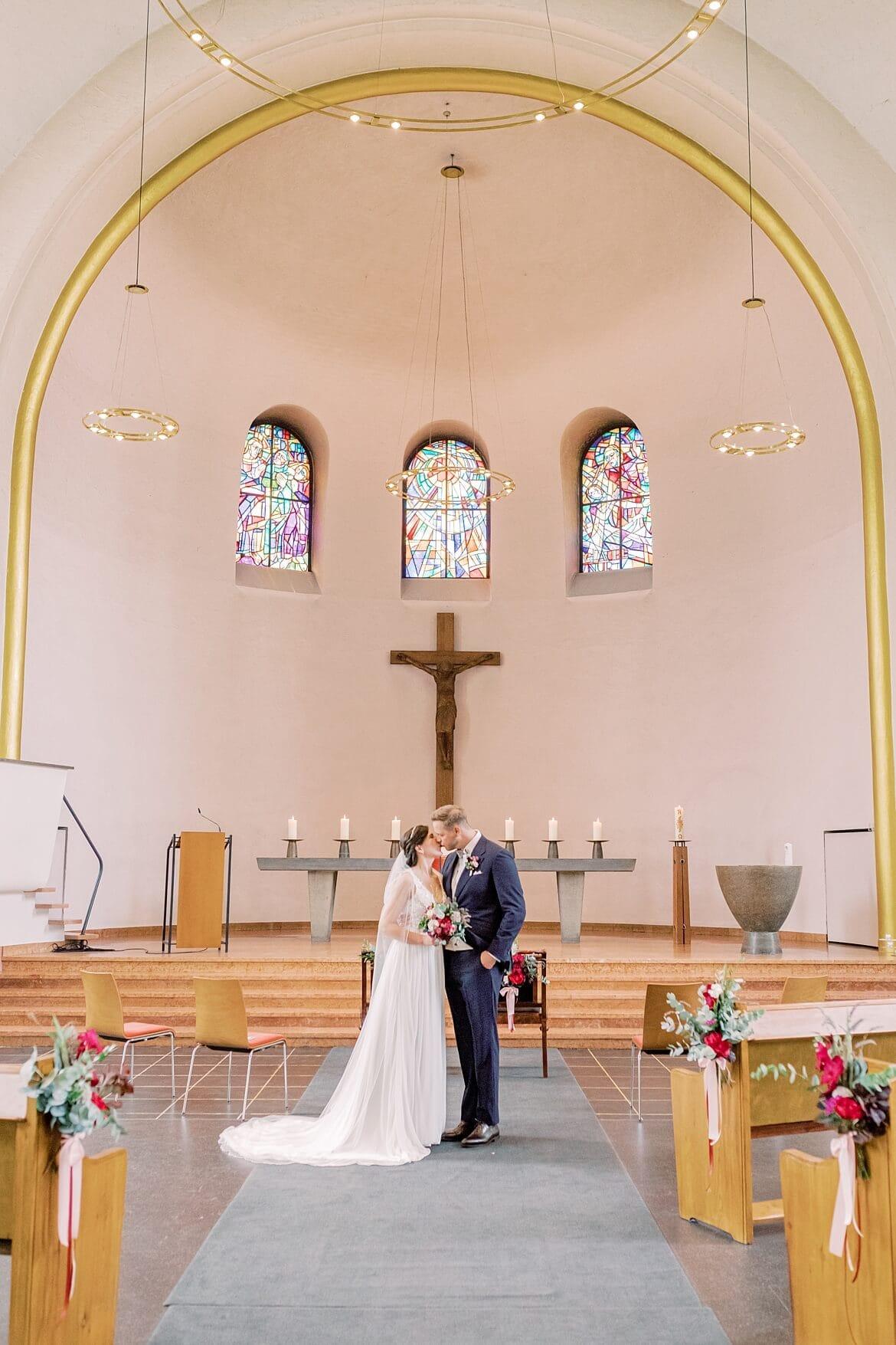 Brautpaar küsst sich in der Markus Kirche Berlin Steglitz