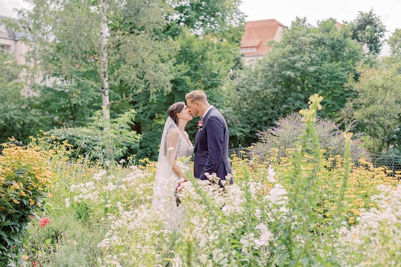 Brautpaar auf dem Markusplatz vor der Markus Kirche Berlin Steglitz