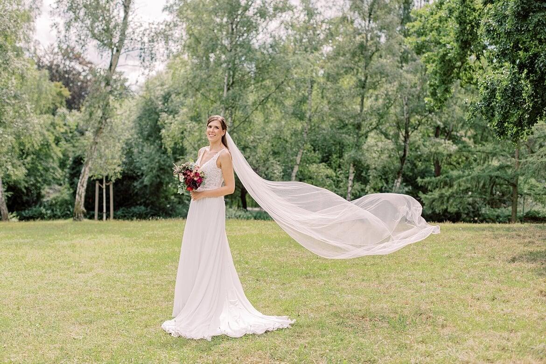 Braut mit wehendem Schleier im Stadtpark Steglitz Berlin