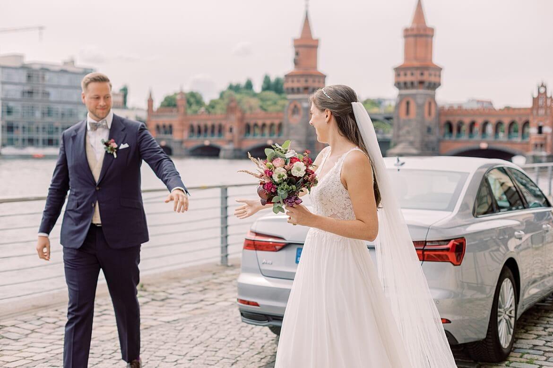 Brautpaar steigt vor dem Spreespeicher an der Oberbaumbrücke Berlin aus dem Brautauto