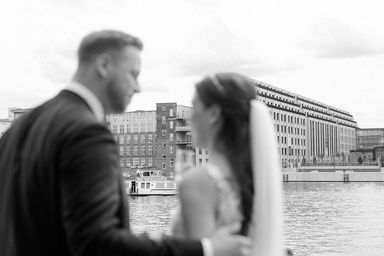 Schwarz Weiß Foto, Brautpaar steht auf der Terrasse vom Spreespeicher Berlin