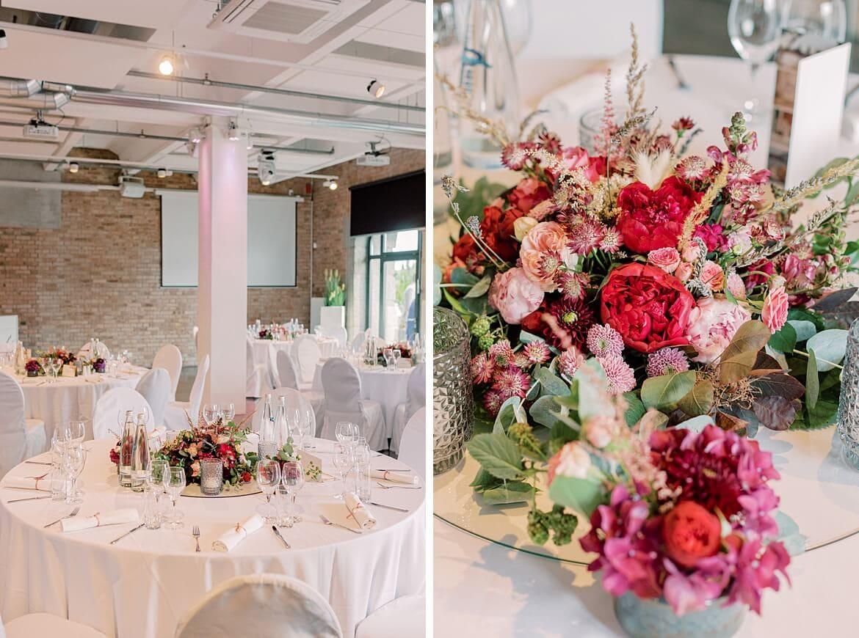 Spreespeicher Berlin - Tische sind dekoriert mit den Blumen des Brautpaares