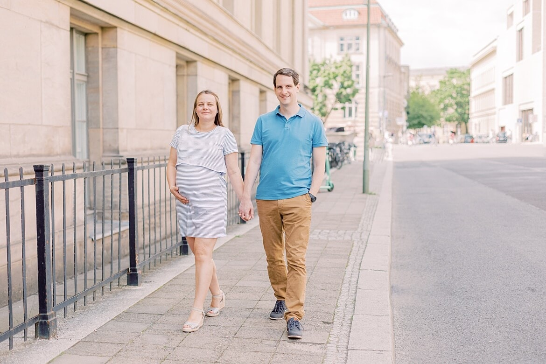 Schwangeres Paar läuft Hand in Hand