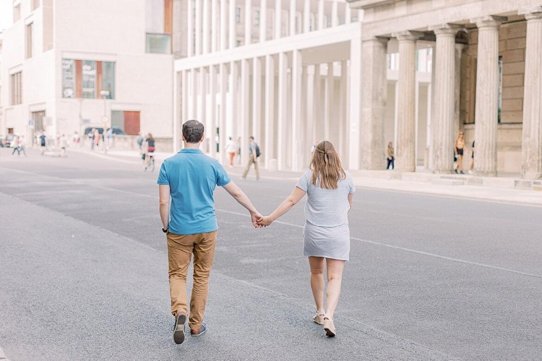 Paar läuft Hand in Hand über die Straße